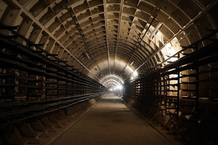 Laying cables in tunnels and collectors